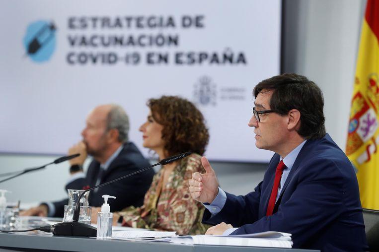 De Spaanse minister van volksgezondheid Salvador Illa en collegabewindslieden tijdens een persconferentie van het Spaanse kabinet.  Beeld EPA