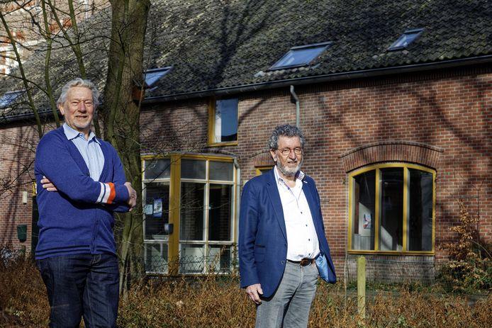 Jan Spit (links) en Koos Loose van Heemkundevereniging Heerlijkheid Herlaar bij de Beekvlietboerderij.
