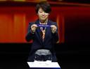De Japanse voetbalster Aya Miyama haalt het briefje met Nederland tevoorschijn tijdens de loting.