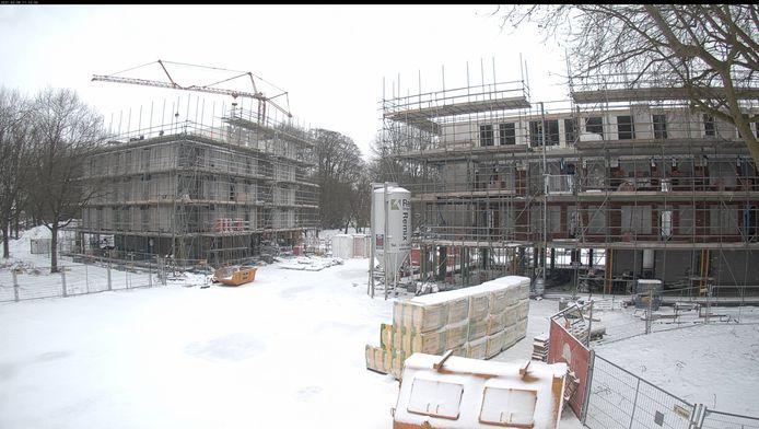 De bouw van de appartementencomplexen op de plek van het Sportfondsenbad lag even stil tijdens de vorstperiode.