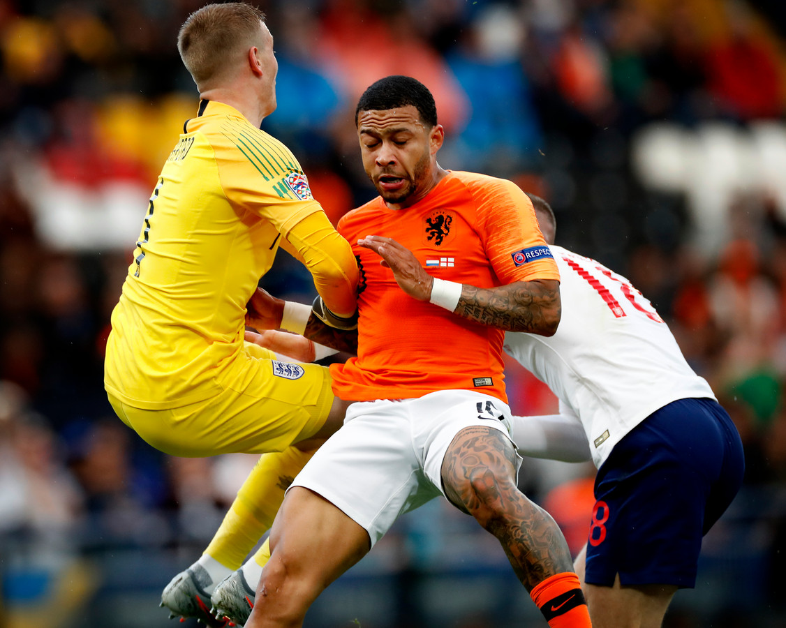 Keeper Jordan Pickford botst been op Memphis Depay.