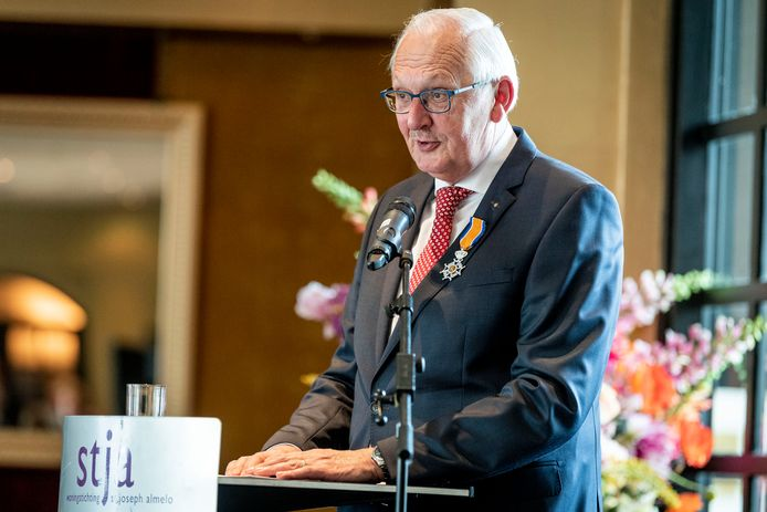Jan Kamst neemt afscheid als directeur van woningstichting St Joseph. Hij kreeg op zijn afscheidsreceptie de Almelose erepenning en wordt benoemd tot Ridder