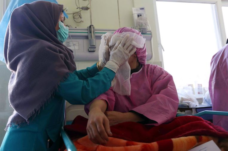 An Afghan woman (R) who was attacked with acid by unknown assailant, receives medical treatment at a hospital in Herat, Afghanistan, 21 November 2017. Violence against women is severely under-reported in Afghanistan and legal convictions remain low, with most cases settled by mediation. A large number of cases are resolved through formal and informal dispute resolution mechanisms, including tribal elders' meetings.  © Jalil Rezayee Beeld EPA