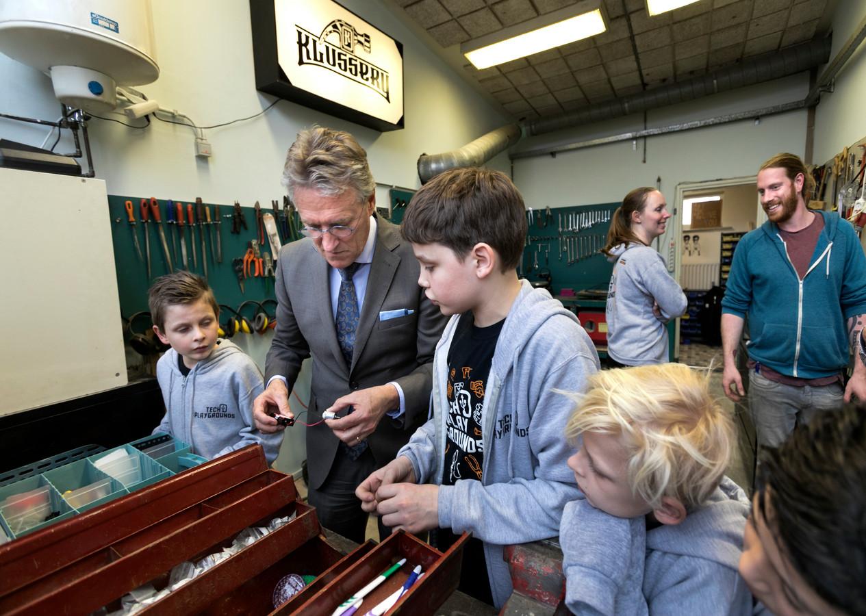 Tim Kolijn leert de burgemeester hoe hij een elektrische tandenborstel kan maken. Foto René Manders