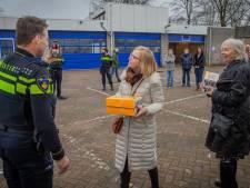 Burgemeesters verrassen dappere agenten met taart: 'Steun in de rug in buitengewoon zware tijden'