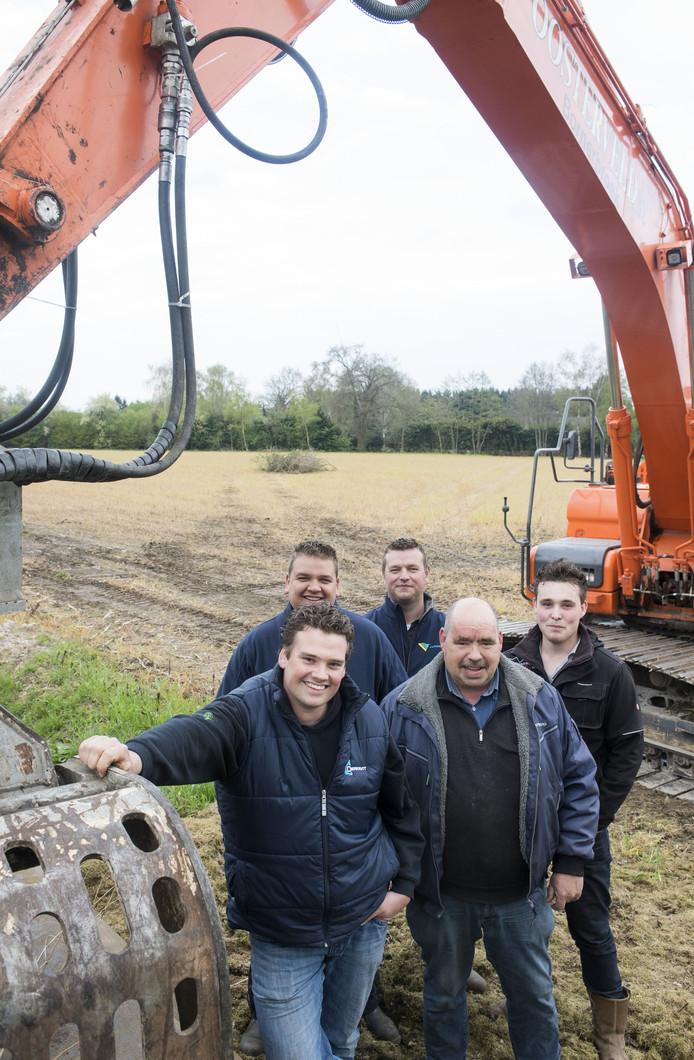 Robert Timmerhuis, Frank Ketelaar, Raymond Westen, Rens Westen en Wolter Slot staan klaar om een mooi paasvuur te bouwen.<br />