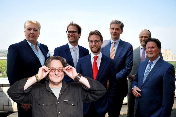 Kees Thies vraagt zich af wie er na het Beter Voor Dordt-debacle nu de dienst uitmaakt binnen het college van Dordrecht. Van links naar rechts: Marco Stam, Peter Heijkoop, Maarten Burggraaf, Wouter Kolff (burgemeester), Rik van der Linden en Piet Sleeking.