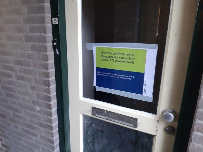 Op de voordeur van de bovenwoning in De Laar-Oost prijkt de mededeling dat het pand op last van de burgemeester is gesloten.