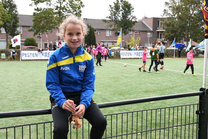 Julie van der Heijden(9) van 't Schrijverke, speelt bij Empelina meisjes -11 op het middenveld
