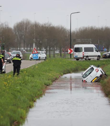 Auto in het water in Waarder