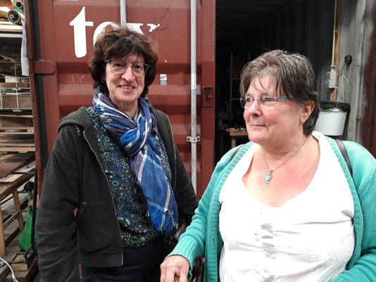 Leonne van Outvorst (links) en Anuschka Albas: 'Vermicompost maken is heel veel werk.'
