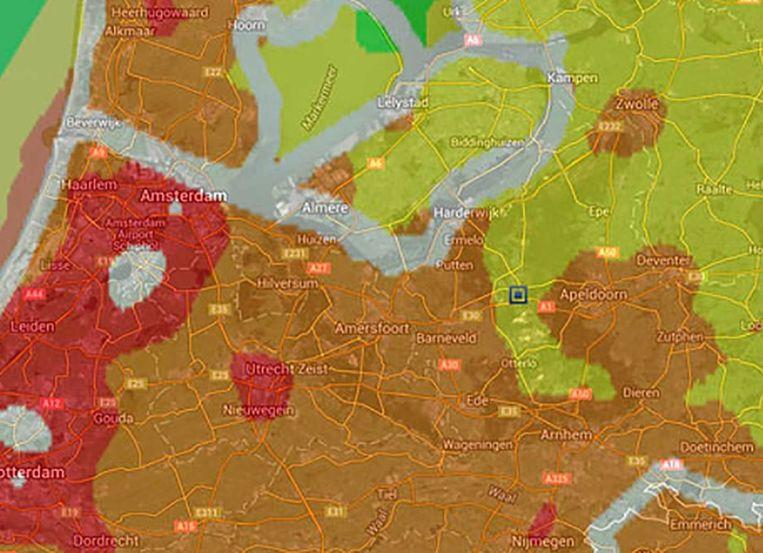 Deze kaart toont de hoeveelheid lichtvervuiling in Nederland. In de groene gebieden is de sterrenhemel het helderst te zien, in de rode gebieden het minst helder. Bij het zwarte vierkantje ligt Kootwijkerzand. Beeld .