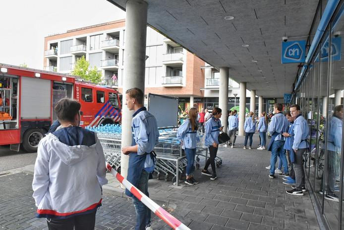 Het parkeerterrein voor de Albert Heijn is afgesloten.