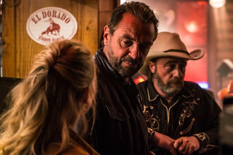 Sanne Samina Hanssen als Sharon, Tom Waes als Bob Lemmens en Wim Willaert als Laurent Berger in de politieserie 'Undercover 2'. Beeld VRT