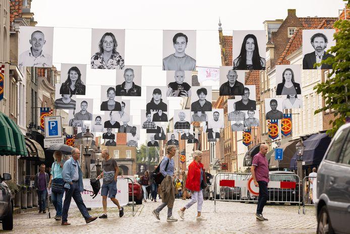 De portretten Wij zijn Heusden van Judith Baas en Mabel Mangnus als straatversiering.
