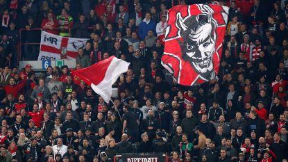 Supporters Standard gooien vuurwerk naar politie omdat ze stadion niet in mogen zonder ticket tijdens FC Den Bosch-Twente: acht fans in de cel