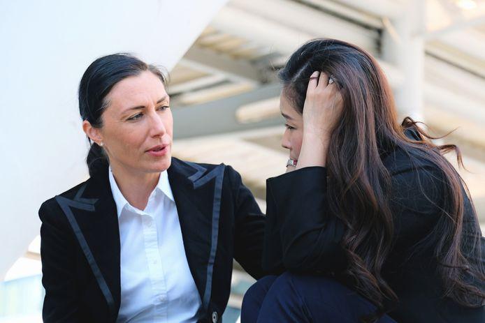 Foto ter illustratie. Weet je dat een collega het privé moeilijk heeft, dan mag je daar volgens de experts best naar vragen.