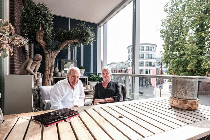 Familie Jong op het balkon in Doetinchem.