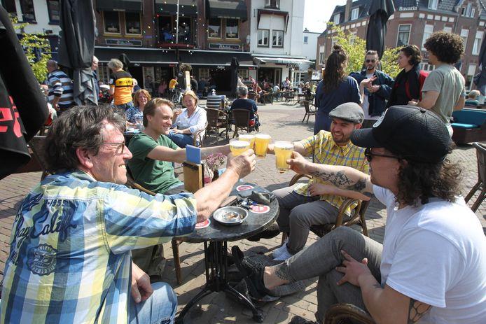 Proosten op een zonnig Wilhelminaplein in Eindhoven.