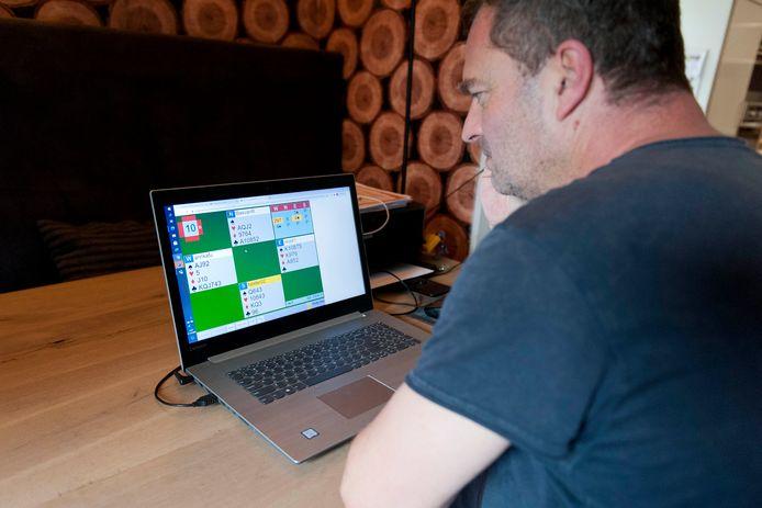 Bas van Roosmalen mocht onverwacht meedoen aan het sterkst bezette online bridgetoernooi ooit. ,,Mijn bridgepartner Hester Gast en ik veegden onze agenda onmiddellijk leeg.''