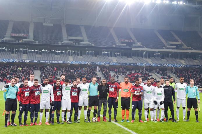 De spelers en scheidsrechters poseren met Dimitri Payet.