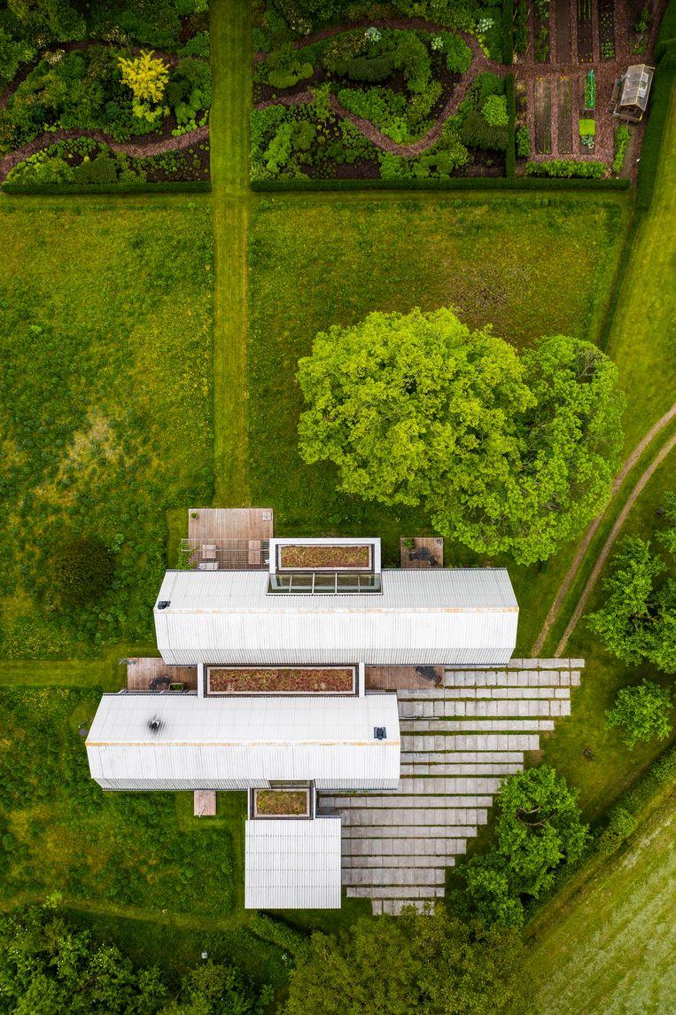 Aan het huis paalt een grote wilde tuin met een moestuin en boomgaard. Ook terrassen zijn er à volonté.  Beeld Luc Roymans