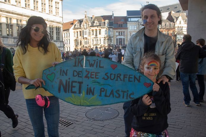Steve, Rani en dochtertje June protesteren voor een beter klimaat.