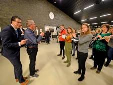 Serenade voor jarige burgemeester Van Oostrum (50) van Berkelland