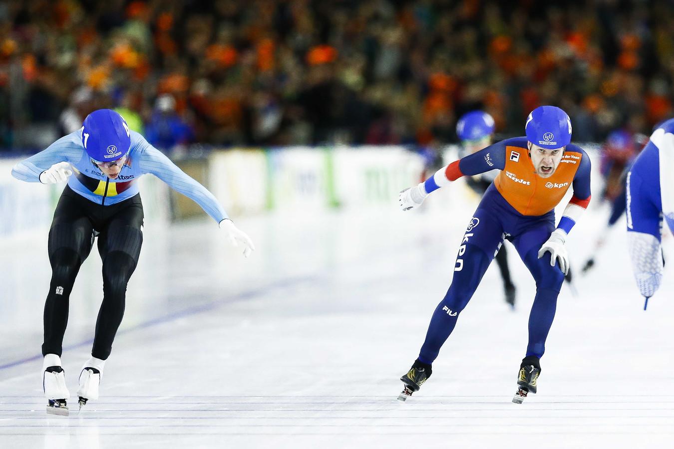Bart Swings (links) klopt Arjan Stroetinga in de sprint op de massastart.