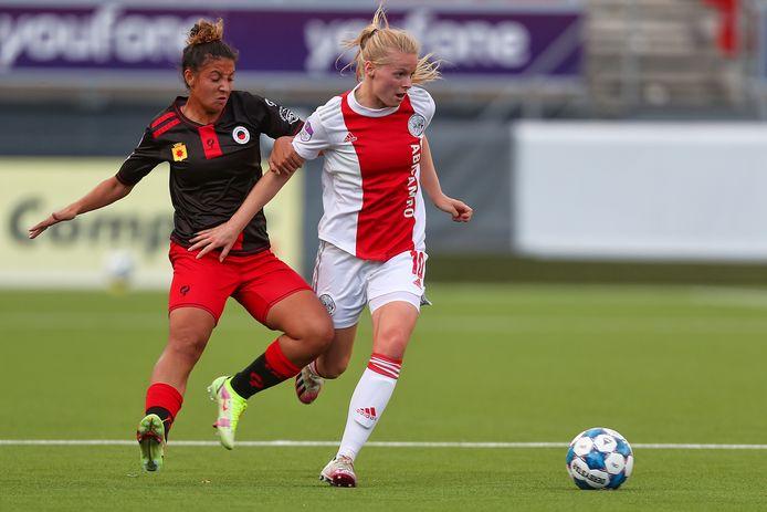 Sabrine Ellouzi zit er in de eerste competitiewedstrijd kort op bij Ajax-middenvelder Nadine Noordam.