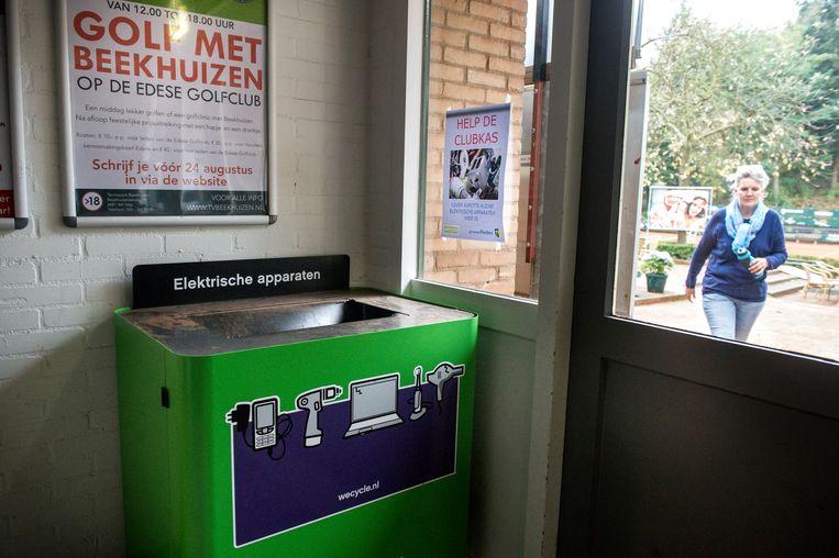 'Elke week zitten die bakken tjokvol'. De tennissers in Velp brengen bergen oud papier en oude apparaten voor recycling Beeld Koen Verheijden