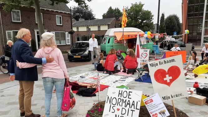 Protest tegen 'QR-dictatuur', maar veel bijval krijgen de demonstranten in Cuijk niet