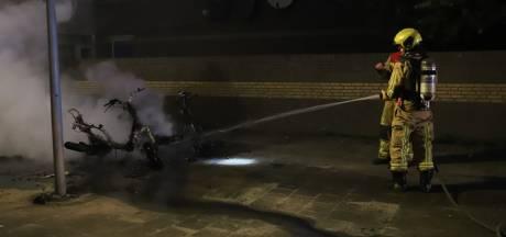Twee elektrische scooters gaan in vlammen op
