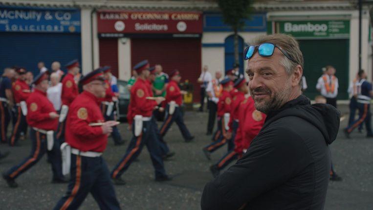 Tom Waes in Noord-Ierland. 'Noord-Ierland zou die vredesmuur moeten afbreken en vervangen door een gemeenschappelijke school.' Beeld VRT