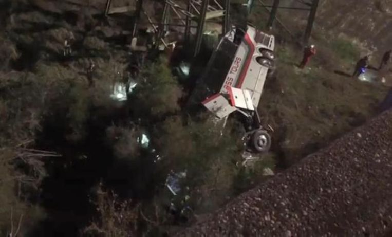De bus is rond 5.30 uur in de ravijn gestort. Er is één dode gevallen, bijna iedereen raakte gewond.