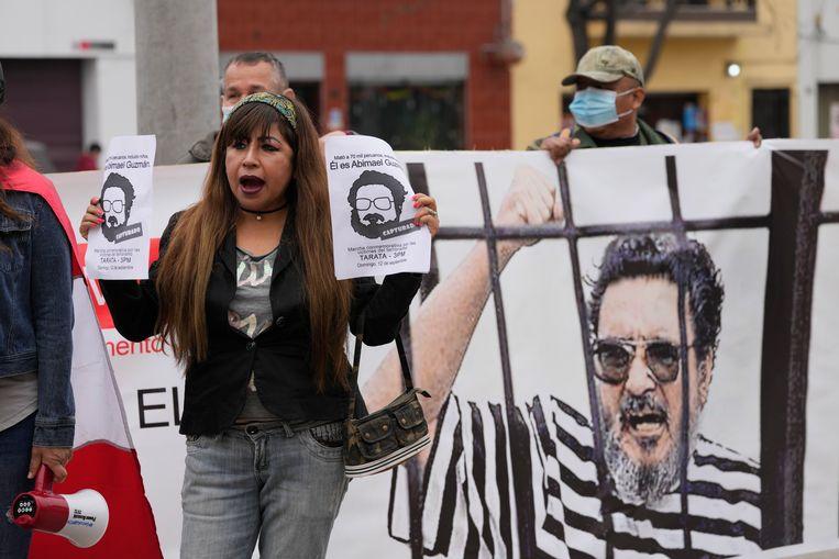 Mensen verzamelen zich bij de gevangenis om de dood van de meedogenloze rebellenleider Abimael Guzmán te vieren. Beeld AP