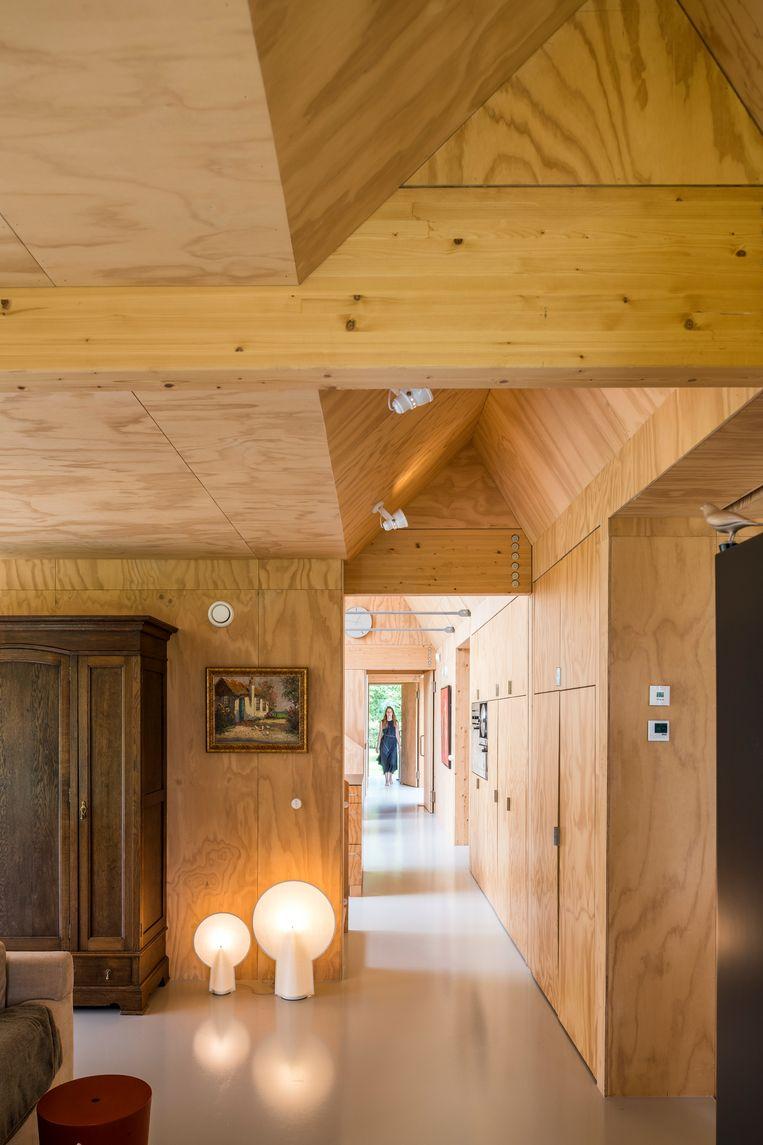 Het interieur is volledig afgewerkt in grenenmultiplex.  Beeld Luc Roymans