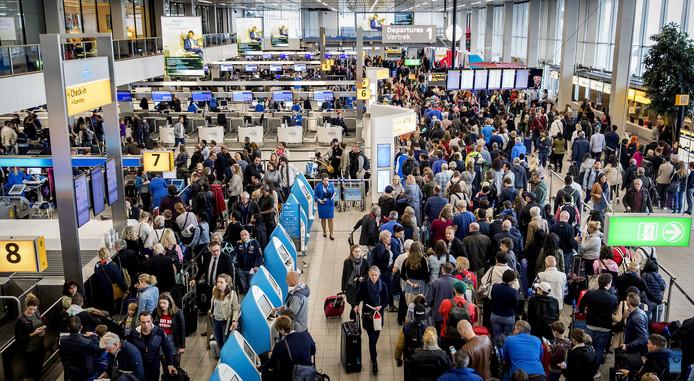 Reizigers van luchthaven Schiphol ondervonden veel vertragingen nadat het vliegveld te kampen had met incheckproblemen als gevolg van een stroomstoring.