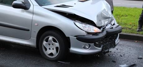 Flinke schade na botsing tussen auto's in Almelo