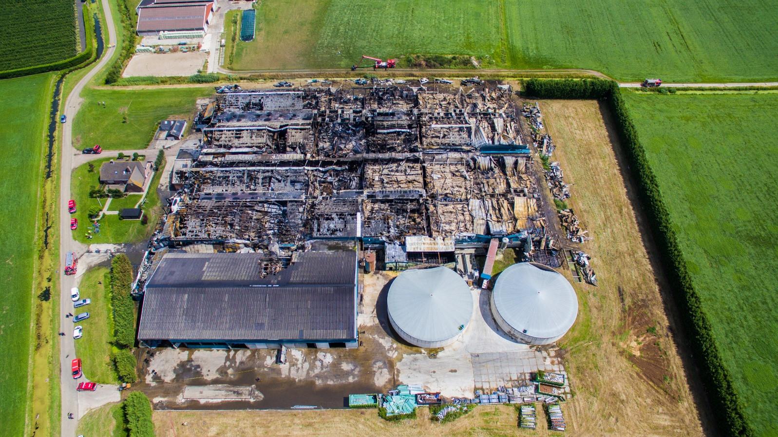 De afgebrande boerderij in Erichem.