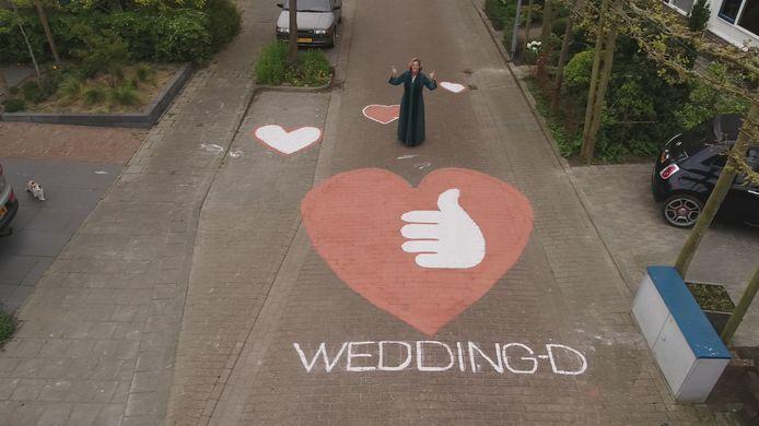 Trouwambtenaar Daphne Haegens wens alle stelletjes die hun trouwfeest hebben moeten uitstellen sterkte toe.