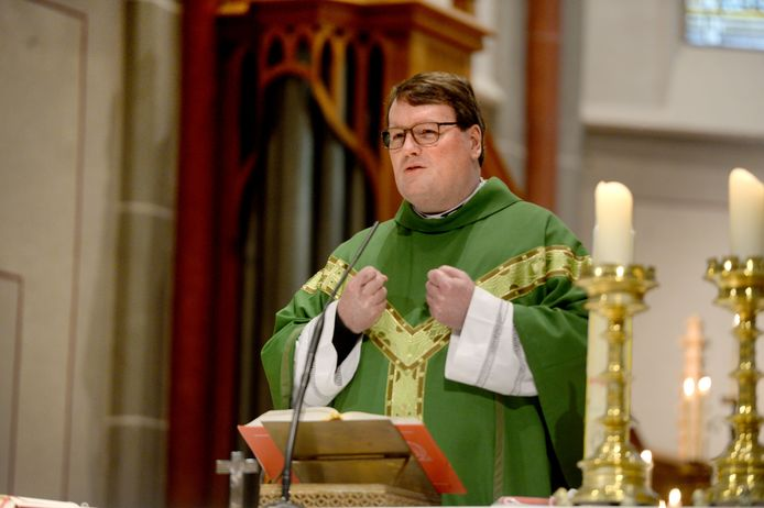 Pastoor Marc Oortman nam gistermorgen in de H. Blasiuskerk in Delden afscheid.  Oortman wordt priester in de H. Gabriëlparochie in de Achterhoek en Liemers.