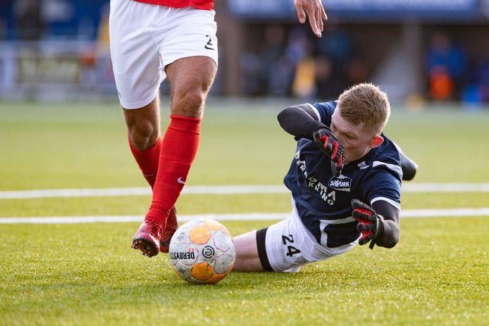 Urk-keeper Hendrik Bakker doet er alles aan om de bal in zijn handschoenen te krijgen.