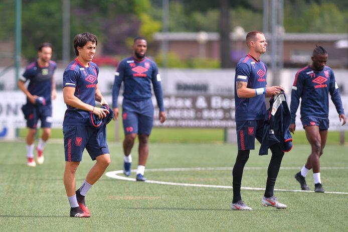 Santiago Colombatto en STVV-keeper Kenny Steppe.