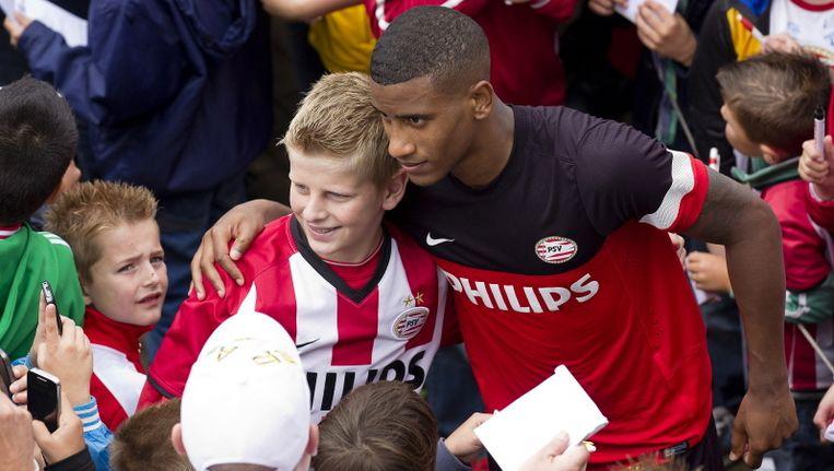 Luciano Narsingh poseert met fans op de training van PSV.. Beeld PROSHOTS