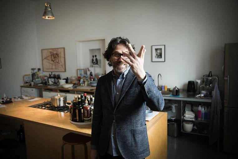 Barak Bar-Am (53) houdt een galerie in de Berlijnse wijk Charlottenburg. Toen hij in 1998 naar Berlijn verhuisde,  zag je nauwelijks Israëliërs in de stad.  Beeld Daniel Rosenthal