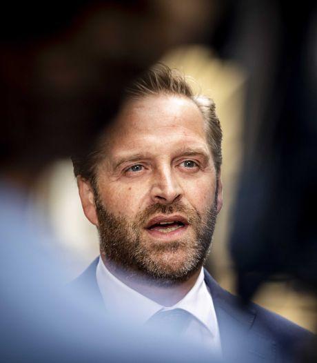 Minister: 'Voetbalfans moeten dit weekend op hun kont blijven zitten, anders volgen maatregelen'