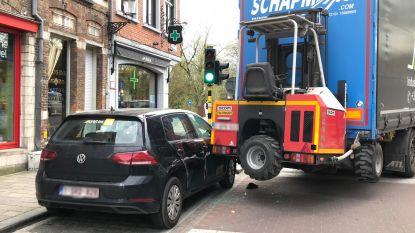 Vrachtwagen met oplegger botst tegen geparkeerde wagen in Brugge