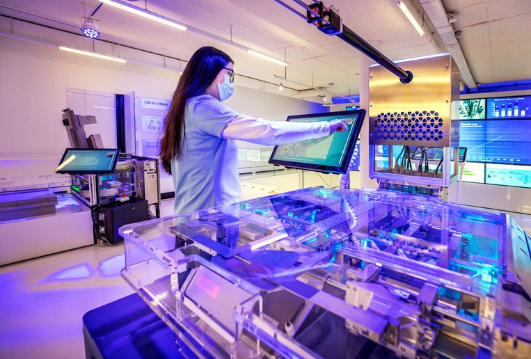 Een 'cleanroom' in het ASML Experience Centre in Veldhoven. Het bedrijf is cruciaal voor de chipproductie in de wereld. Beeld Raymond Rutting  / de Volkskrant