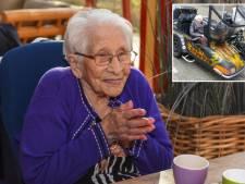 Met oma Lenie (108) kon je lachen: Zo wilde ze haar eigen brommobiel opvoeren